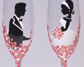 Dit zijn 2 prachtig hand geschilderd champagne fluiten - bruid en bruidegom en rode bloemen. Grootte 25 cl, kristalglas uit Italië. Premiumkwaliteit.  Elke fluit is een klein kunstwerk, oorspronkelijke ontwerp; het is geschilderd met speciale verven en kleine borstel. Ze uw eerste bruiloft toast zeer speciaal zal maken en ziet er mooi op uw bruiloft tabel. Ook ziet er geweldig op de bruiloft fotos. Ik zal uw namen en trouwdatum vestigen op fluiten. U kunt verschillende kleuren bloemen…
