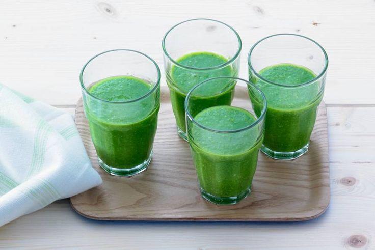 Groenten, kruiden, noten en powerfood tarwegras: op en top feelgoodrecept - Recept - Groene smoothie met spinazie en tarwegras - Allerhande