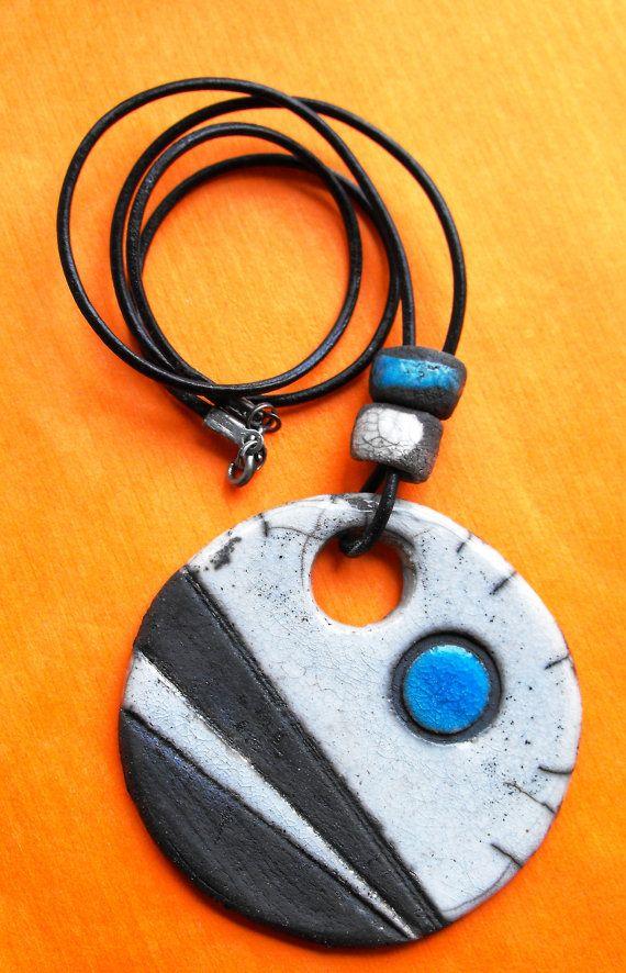 Collar de Rakú. 65 cm diametro. Azul blanco y por CERAMICAHUMO