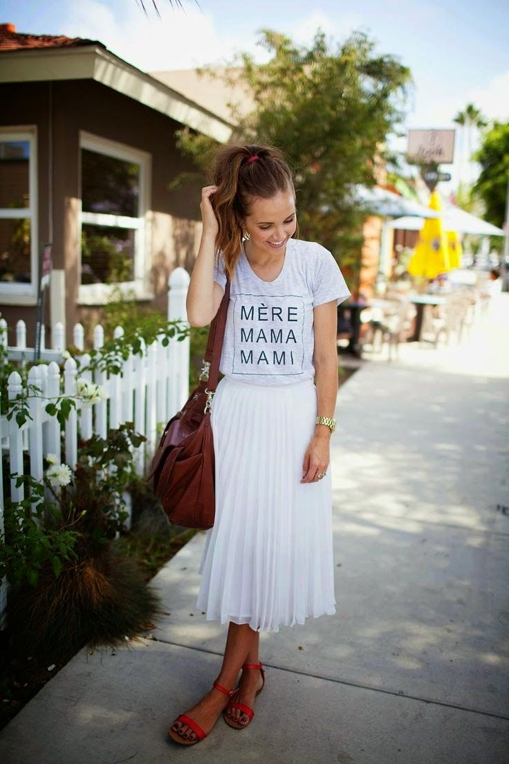 Graphic T Shirt and midi pleated skirt Camiseta frase + saia plissada branca