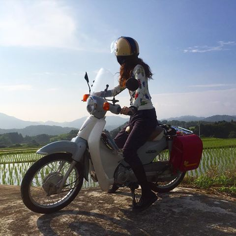 晴れたー❤︎ツーリングだいっっ#バイク女子 #girlswhoride #ジドリストの集い #セルフタイマー #バイカー #原付 #カブ #バイク #minibike #hondacub #ツーリング #旅 #travelholic #バイクのある風景 #bj_mycar #日本の風景 #のんびり #田園