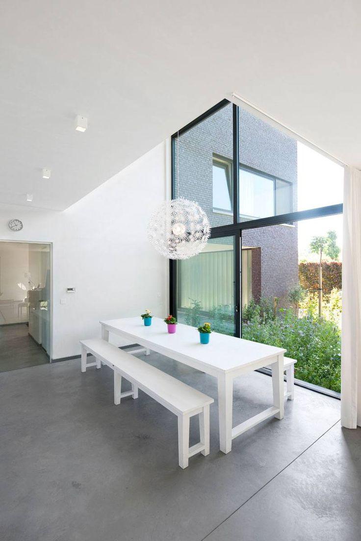 Modere open eetkamer met betonnen gietvloer