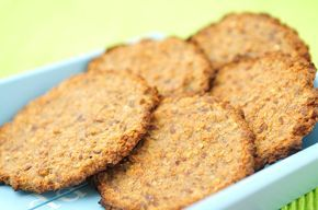 havermoutkoekjes-banaan-gezonde snack, 1 banaan, 80 gr havermout en 1 el lijnzaad mengen, op bakpapier de oven in Verwarm de oven voor op 180 graden 25 min.