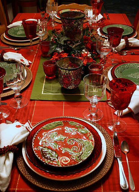 Look & get inspired by this warm, classic Christmas tablescape!