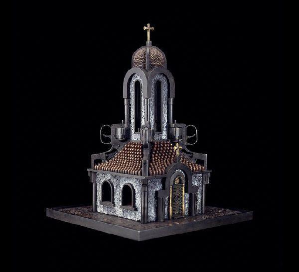Religiöse Bauten aus Waffen und Munition: