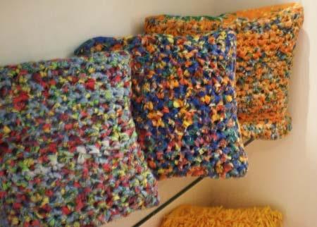 Artesanato paraibano - Almofadas de fuxico. Técnica: tapeçaria e fios feita por Associação dos Moradores e Artesãos do Riachão. Dá prá fazer em crochet, usando retalhos compridos como fio.
