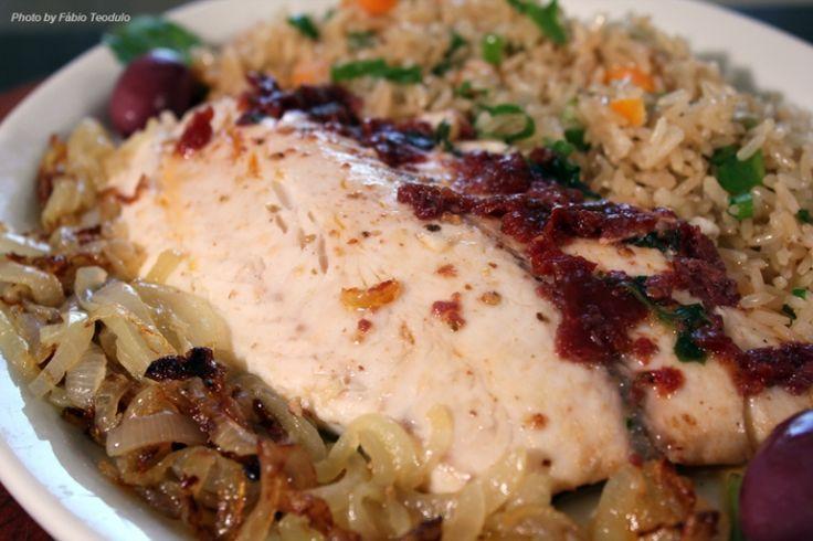Cheftaíco - Receitas - Peixe grelhado com pesto de tomates e manjericão