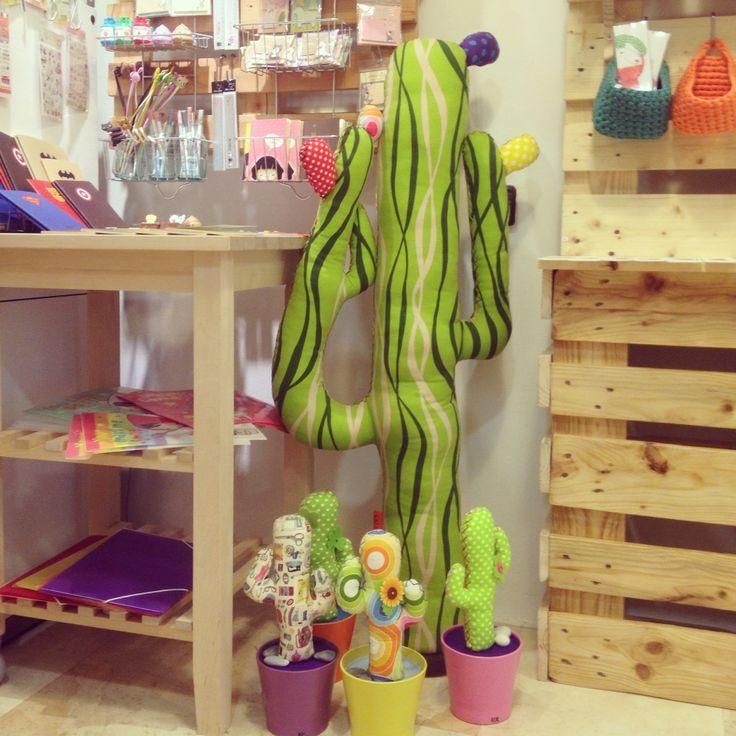 La familia de cactus de tela de Kactus con K® ya está en La Madriguera @lamadriguerashop junto con más cositas de muchos artistas!! Invitamos a todos nuestros CACTUSEROS a visitarla! #cactusdetela #cactus #tela #artesanal #artesanía #art #personalizado #customized #handmade #handcraft #craft #nuevo #new #nice #shop #venta #decoración #patchwork #colgador #color #modelo #regalo #present #otoño #spain #granada #andalucía #etsyshop @kactusconk
