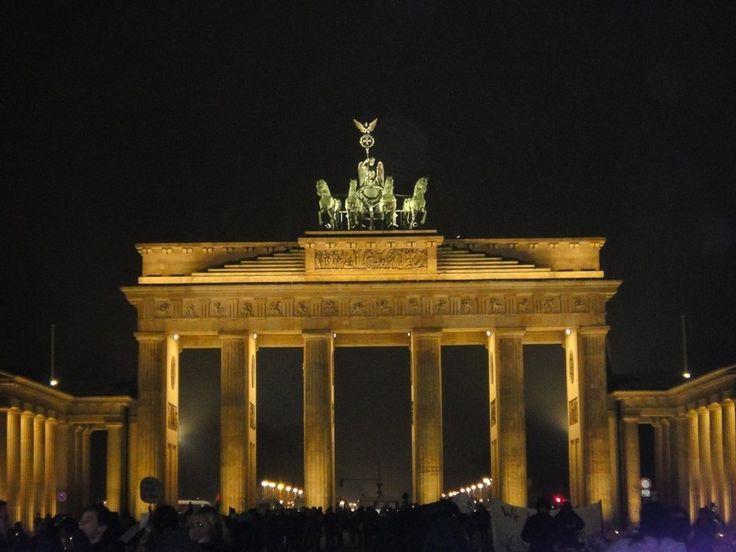 A foto da semana no blog é o Portão de Brandemburgo cartão postal de Berlim e símbolo da reunificação da Alemanha. De dia ou de noite uma atração imperdível. ------------ The photo of the week on the blog is the Brandenburg Gate one of Berlin postcard and symbol of the reunification of Germany. By day or night an attraction not to be missed. ------------ #berlim #berlin #alemanha #german #germany #brandenburggate #loves_germany #ilovegermany #igtravel #instatravel #photoftheday #picoftheday…