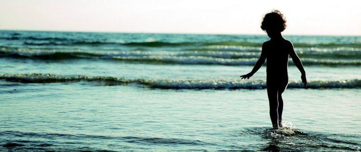 Camminare soprattutto sulla sabbia a piedi nudi ha grandi proprietà benefiche A tutte le età fare delle belle camminate ha grandi effetti benefici. Meglio se camminiamo a piedi n camminare piedi nudi sabbia