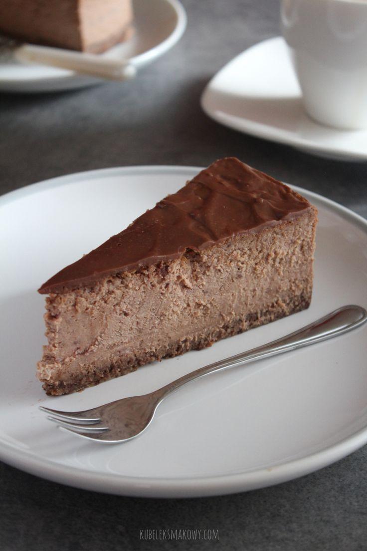 Kubełek Smakowy: Kremowy sernik czekoladowy z truskawkami - idealnie wyważony, z lekką nutką owoców, kremowy dzięki dodatkowi śmietanki #przepis