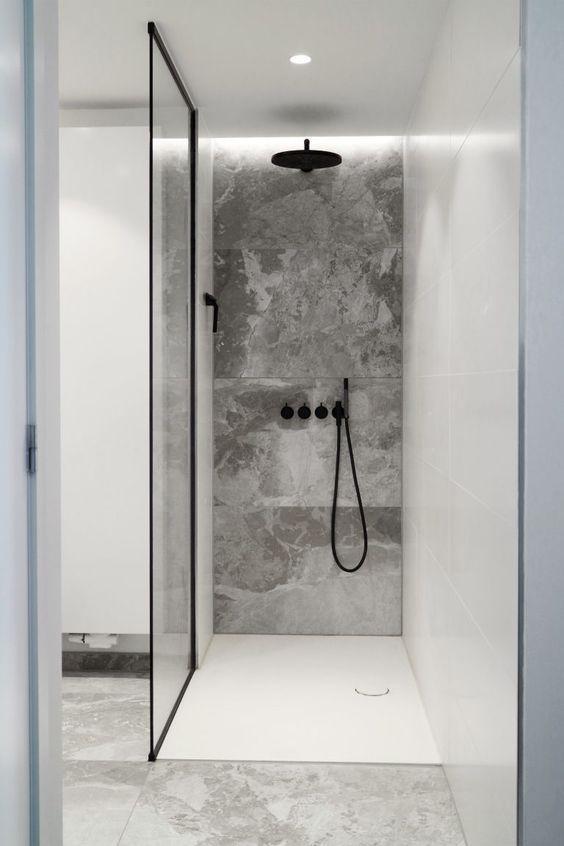 Begehbare Dusche mit maßgefertigter Duschkabine aus Glas