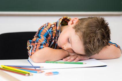 Comment scolariser un enfant à haut potentiel? Faut-il un saut de classe? Faut-il approfondir? Faut-il le déscolariser? Cet article donne des réponses