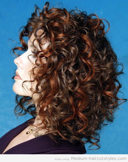 Mittlere lockige Frisuren für Frauen über 40