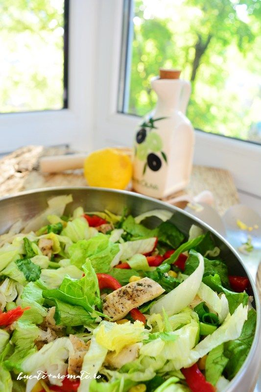 Salată iceberg cu piept de pui şi ardei gras