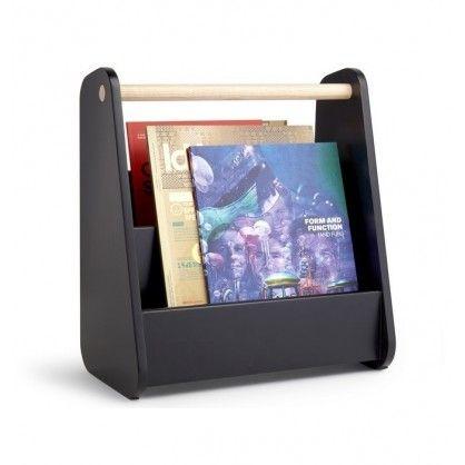 Magaz to drewniany, dwukomorowy gazetnik, przeznaczony dla różnych rozmiarów książek i czasopism. Uchwyt w naturalnym kolorze drewna sprawia, że łatwo go przetransportować pomiędzy pomieszczeniami. Dostępny w dwóch wersjach kolorystycznych: czarnej i białej.