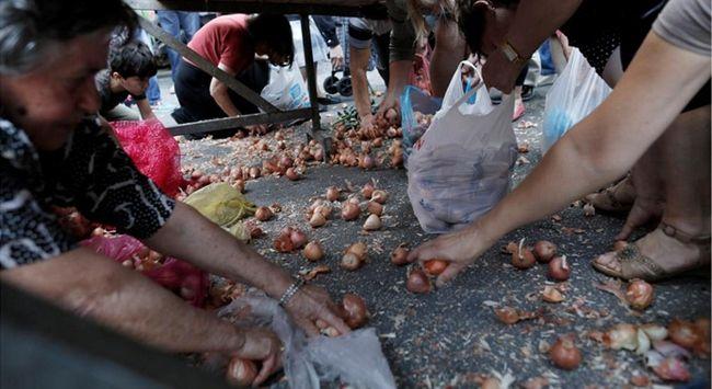 Yunanistan'da pazarcılar bedava yiyecek dağıttı, halk kapıştı.