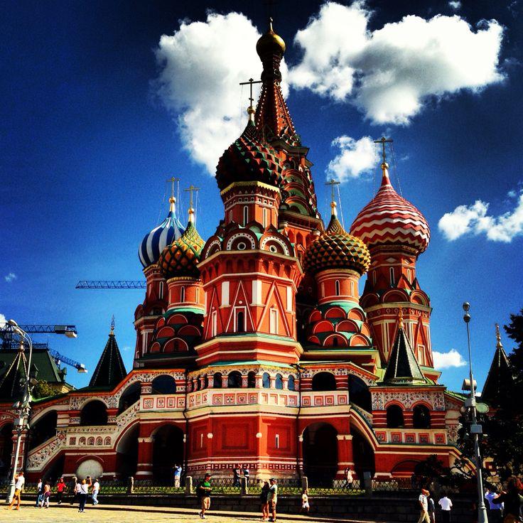 Aziz Vasil Katedrali (Собор Василия Блаженного) Moskova, Kızıl Meydan'da soğana benzeyen, rengarenk, kubbemsi çatılarıyla ünlü bir katedraldir. Yaygın bir hata olarak Kremlin Sarayı ile karıştırılır.  1555 - 1561 yılları arasında Rus Devleti'nin Kazan ve Astrahan hanlıklarına karşı kazandığı zaferleri kutlamak amacıyla Korkunç İvan tarafından yaptırılmıştır. Yapının bir İtalyan mimarın eseri olduğu, daha sonra yapıyı tekrar etmemesi için kör edildiği rivayet edilir. Kilise, bugün müzedir.