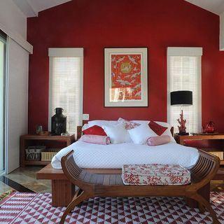 Quarto de casal com parede vermelha