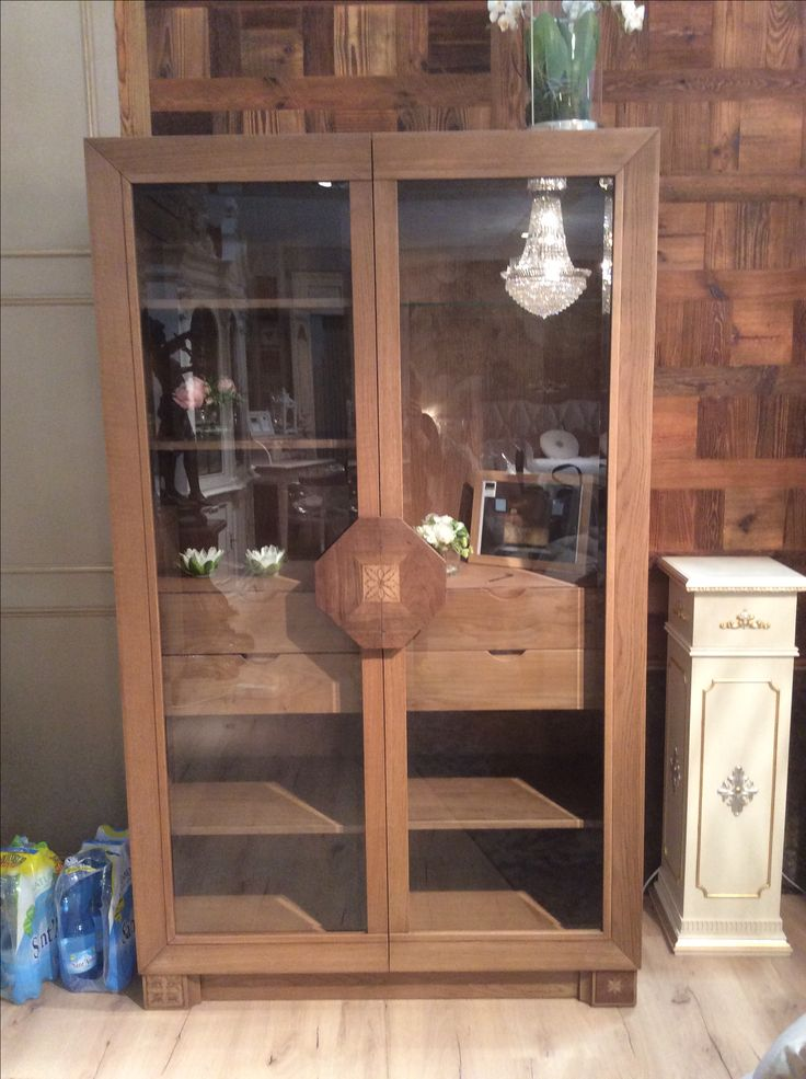 Show case arvestyle in solid wood