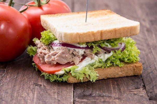 Сэндвич с тунцомИнгредиенты:Зеленый лук — 3 шт.Сельдерей — 1 шт.Солёные огурцы — 50 гТунец, консерва в масле — 200 гМайонез — 80 гСоль — по вкусуПерец черный молотый — по вкусуБулочки для сандвичей — 4 шт.Приготовление:1. Салат из консервированного тунца с зеленым луком, солеными огурцами, сельдереем и майонезом.2. Положите немного ...