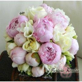 Buchet bujori roz, trandafiri si frezii albe