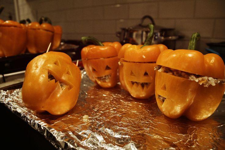 Reunion de pimentones naranjas rellenos de carne y arroz. Halloween