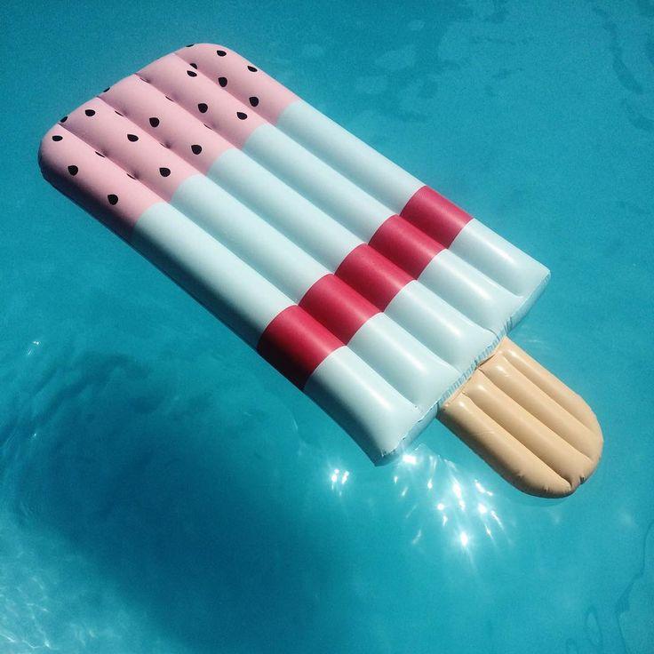 Na de takkie, stroopwafel en tompouce hebben we ook een opblaasbaar ijsje! #HEMA #zomer #zwemmen #zwembad #strand