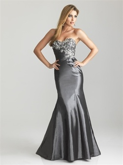 A fit and flare gown in rich taffeta. Embroidery and beading accent the strapless bodice with bow detail. Red Size 8