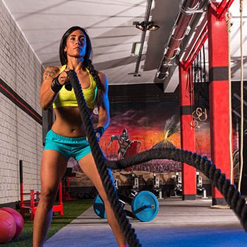If you are looking for an alternative to your usual jog or weight lifting workout sessions, then try your hand at battle ropes the next time you hit the gym.