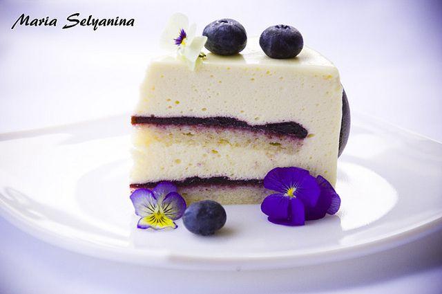 """Торт """"Unai"""": белый шоколад, черника и фиалки."""