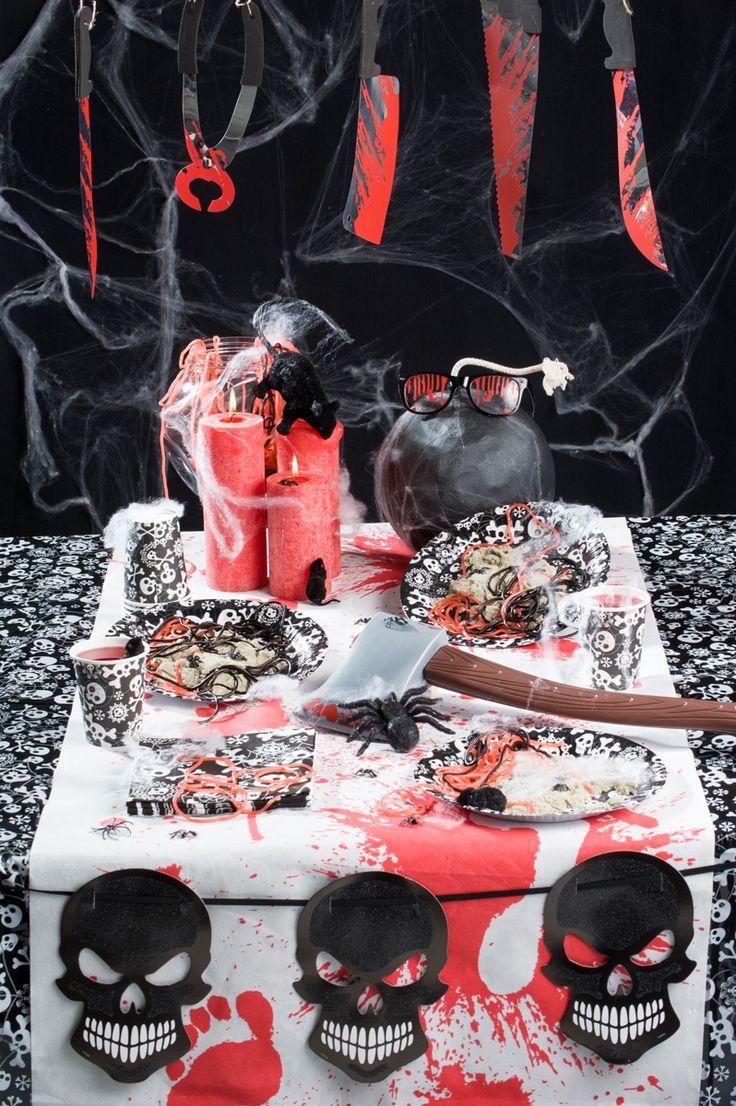 Griezelige sfeer foto van een tafel met Halloween versieringen.