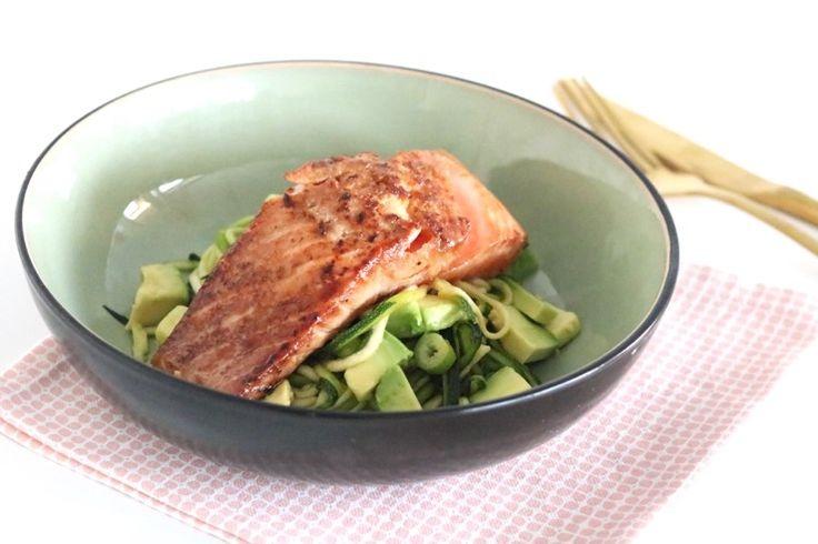 Stil je vis cravings vanavond meteen en maak dit recept met verse zalm en courgettenoedels. Je marineert de zalm eerst even in soja en miso. Hierdoor krijgt de zalm een heerlijk Oosters tintje. Doorda