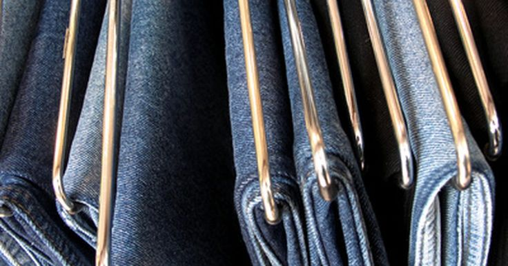 Cómo encoger unos vaqueros 100% algodón. El tamaño de unos pantalones vaqueros 100% algodón se puede reducir utilizando las mismas técnicas que se emplean para lavarlos. Estas prendas se pueden encoger más de una talla si la tela no ha sido previamente tratada para que eso no ocurra. Incluso los vaqueros que han sido sometidos a un tratamiento de este tipo pueden hacerse un poco más ...