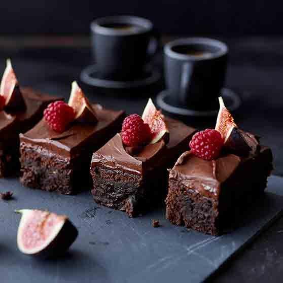 Mehevä suklaa-taatelikakku