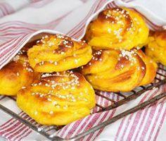 Saffransbullar ska bakas med smör för bästa smak! Vaniljsocker i bullarna ger extra lyx. Saffran ger den underbar färgen och den karaktäristiska smaken. Med kesella/kvarg får du ett saftigare bröd. Snurror ser extra festligt ut!