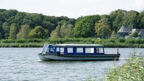 Sommeren over tilbyder Anemonen ture over en række forskellige temaer, og derudover sejler turbåden også helt almindelige non-stop rundture på de smukke søer. Anemonen har plads til 60 personer, og den sejler fra anlægsbroen ved Maribo Domkirke. Køb billetterne ombord. Turbåden kan også chartres til alle lejligheder i sæsonen, dog uden for ordinære sejltider.