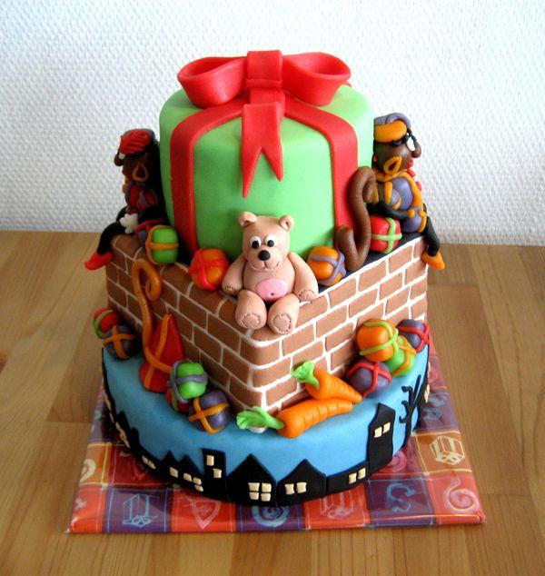 Sinterklaas laagjes taart met kadootjes, beer, zwarte pietjes
