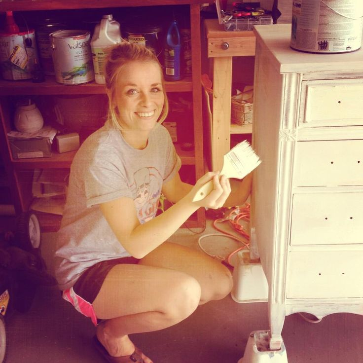 """Use bed raisers to hold up furniture to paint so you can get the legs. Love this blog, so many great ideas and tips :)"" #furniture #painting"