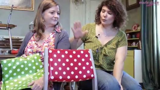 Delphine, créatrice de la marque Fabuleuse Factory avec Stéphanie, vous montre comment elle réalise ses fameuses chaises à pois ! Ce pas à pas en vidéo vous montre toutes les étapes pour déshabiller une chaise chinée et la retapisser de toile cirée à pois pour un esprit à la fois rétro et très actuel.Retrouvez plus d'infos sur notre article « Vidéo : Apprenez à retapisser une chaise avec Fabuleuse Factory » : ...