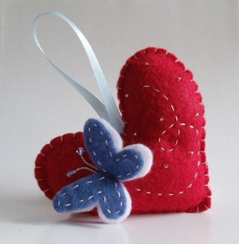 corazón de fieltro con mariposa