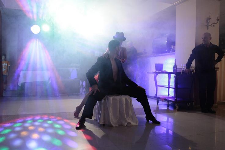 Adaugati o scânteie pentru urmatorul eveniment cu Stop and dance Studio  Indiferent de evenimentul pe care il organizati ,vom avea show-ul perfect .   Ofetra : http://www.stop-and-dance.ro/dansatori_evenimente.html  Uitati-vă la noi pe ritmurile de Samba ,Cha Cha ,Rumba,Paso Doble ,Jive in  ringul de dans,sau poate  pe ritmurile clasice de Vals lent ,Tango ,Vals Vienez , Quickstep.Talentul si experienta  noastra in dans,combinate cu costumele pline de  stil si farmec vă vor atrage privirile.