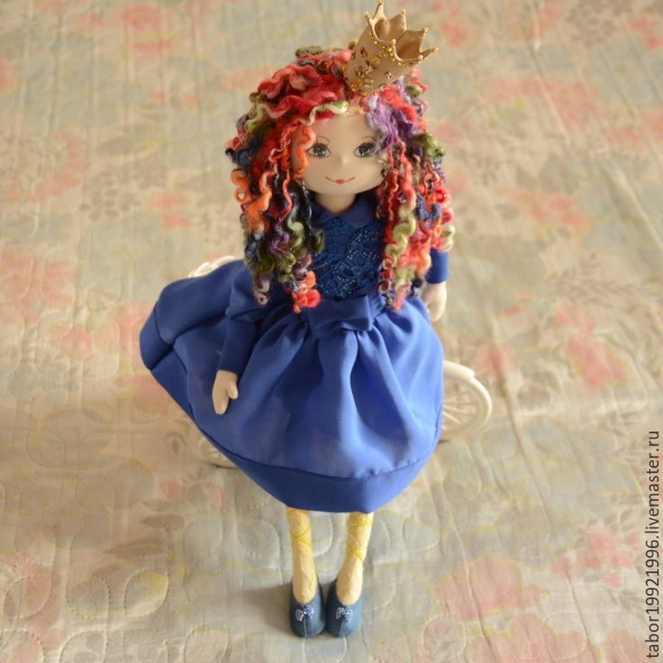 Купить или заказать Принцесса в синем платье в интернет-магазине на Ярмарке Мастеров. Игровая текстильная куколка придумана и создана для украшения дома и для игры. Сшита из плотного итальянского трикотажа. Ручки и ножки подвижны, куколка может сидеть а разных позах. Ярко-синее платье платье, достойное любой принцессы сшито из натурального шифона, шелкового трикотажа, украшено французским кружевом, чешским бисером. На ножках желтые чулочки из кружевного полотна и туфельки, украшенные бантом…