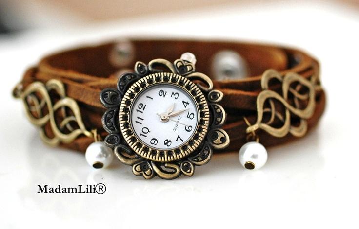 Faszinierende Armbanduhr aus weichem Echtleder mit zwei filigranen Anhänger mit weissen Glaswachsperlen im Orient-Look!    Gerne können wir dein Wunsc