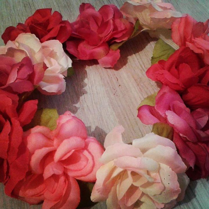 Vinchas con flores. Vinchas para novias, cotillon de eventos. Mas info en: www.facebook.com/coronadacotillon  #FlowerCrown #cotillon #Vinchas #Flores #Frida #novias #bridalhair