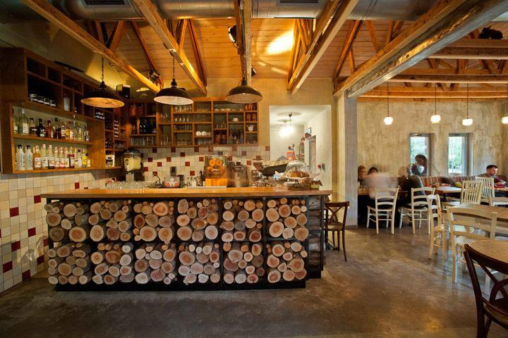 Уютный дизайн интерьера небольшого деревенского кафе