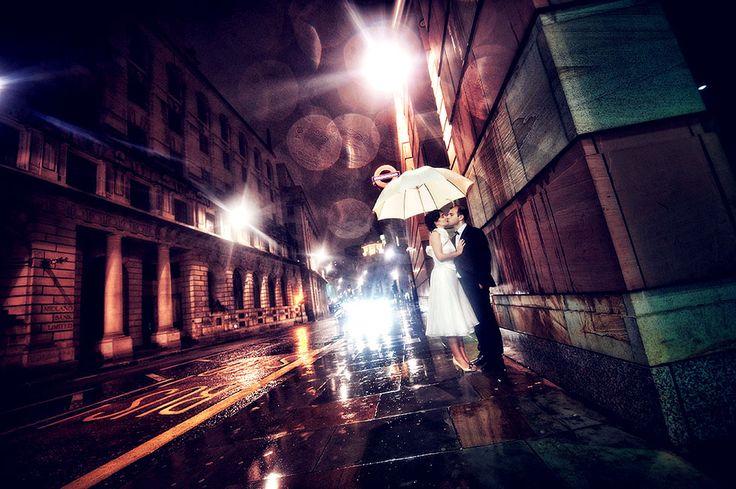 In London ist immer Regen. Oder Petrus mag einfach den tollen Hochzeitsfotografen ONDRO nicht dieses Hochzeitsbild ist unweit der Bank of England  entstanden. Nachts bei strömendem Regen und Kälte typisch London Oktober hehe  trotz allem ein echt schönes Bild!  #hochzeitsfotograf #hochzeit #hochzeitsfotografie #hochzeitsplaner #braut #braut2017 #hochzeit2017 #heiraten #destinationwedding #hochzeitsreportage #hochzeitsfoto #hochzeitsfrisur #hochzeitsfotos #hochzeitstorte #brautkleid…
