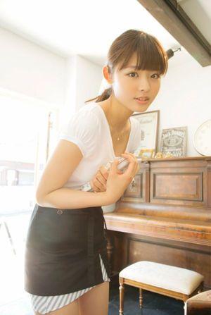 ミニスカート姿の古畑星夏さん