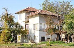 Къщата е на три етажа с разгърната жилищна площ 230 квм. На първия етаж има коридор, кухня с кът за хранене и традиционно огнище с пещ, баня...