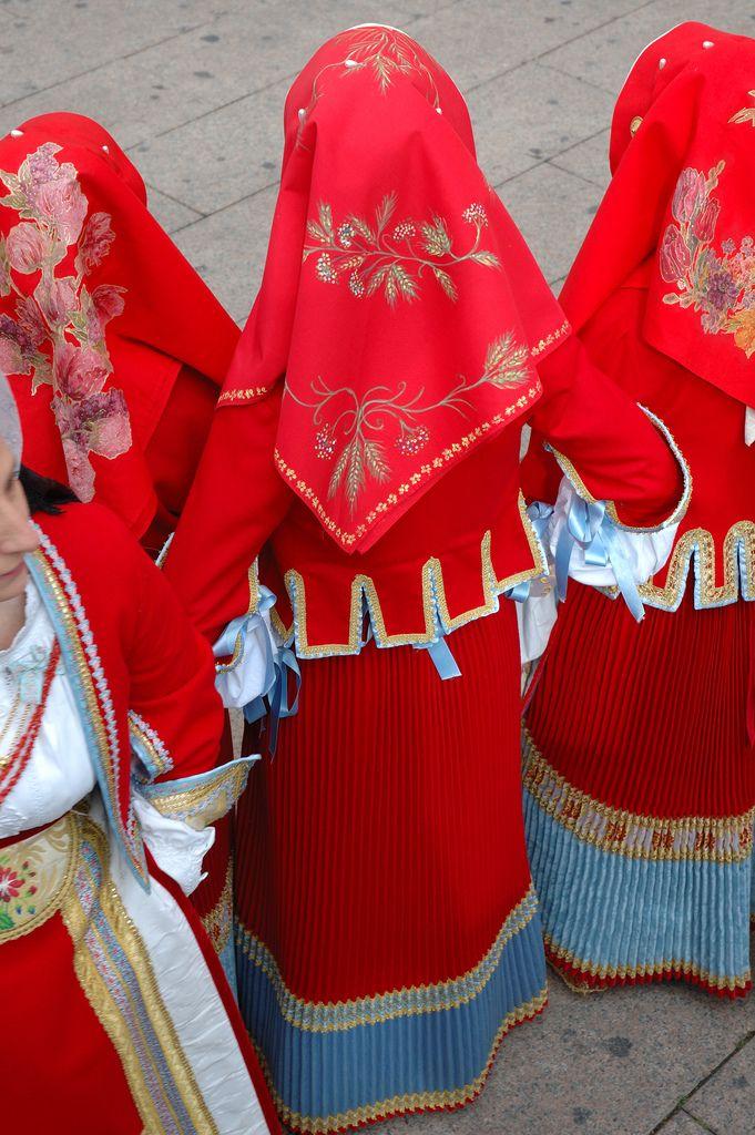 Oristano, Sardegna, abito per bambine, balza in seta celeste, fazzoletto da testa in tela rossa dipinta a mano.